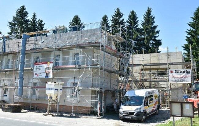 In Mühlhausen entsteht derzeit ein neues Feuerwehrgerätehaus (rechts im Bild). Es ersetzt das beim Hochwasser 2018 schwer beschädigte Gebäude nahe des Rauner Baches. Das Bürgerhaus (links) wird saniert.