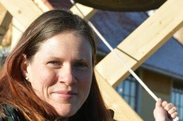 Claudia Scharff, Geschäftsführerin der Früchteverarbeitung Sohra, an der Hofglocke.