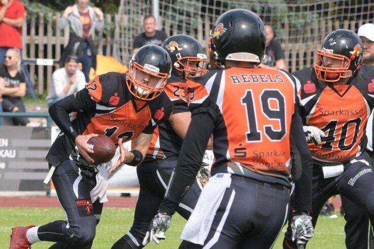 Die Vogtland Rebels - hier mit Quarterback Christian Herwig am Ball gegen die Freiberg Phantoms - würden gerne zurück aufs Spielfeld kommen. Doch dafür braucht es auch genügend Vorbereitungszeit.