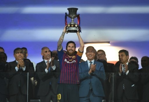 Lionel Messi stemmt den Supercup in die Luft