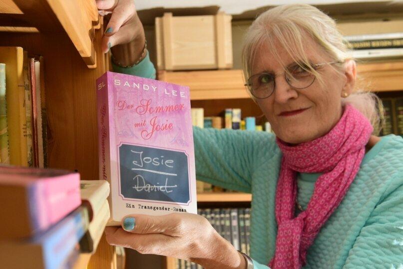 """Sandy Lee zeigt ihren ersten Roman """"Der Sommer mit Josie"""". Zur Leipziger Buchmesse im Mai 2021 soll er vorgestellt werden."""