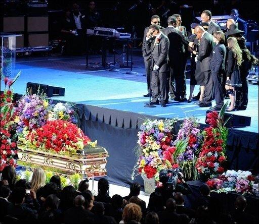 Nach der bewegenden Trauerfeier für den verstorbenen US-Sänger Michael Jackson rätseln die Fans über die letzte Ruhestätte ihres Idols. Der vergoldete Sarg mit dem Leichnam des Popstars wurde im Anschluss an die Zeremonie am Dienstag in einem Leichenwagen aus dem Staples Center in Los Angeles herausgefahren.