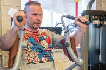 Peter Faber aus Zöblitz ist froh, endlich wieder mit Gleichgesinnten im Fitnessstudio trainieren zu können.