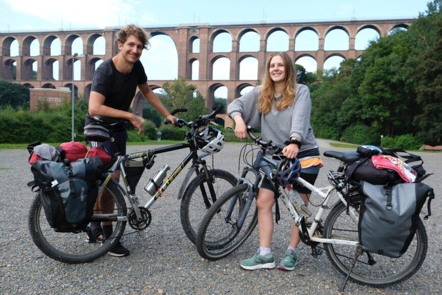 Radtouristen machen an der Göltzschtalbrücke Station