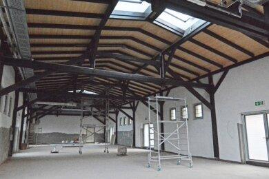Blick in den Güterboden mit seinem historischen Sprengwerk unterm Dach, das aufwendig saniert wurde. Als Nächstes soll der Sportboden eingebaut werden.