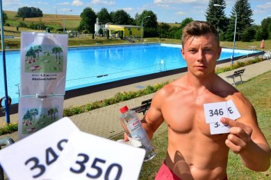 Schwimmmeister Ronny Müller wacht über das Freibad Hainichen. Maximal 350 Leute dürfen sich dort gleichzeitig aufhalten. Bislang wurde diese Obergrenze nicht überschritten.