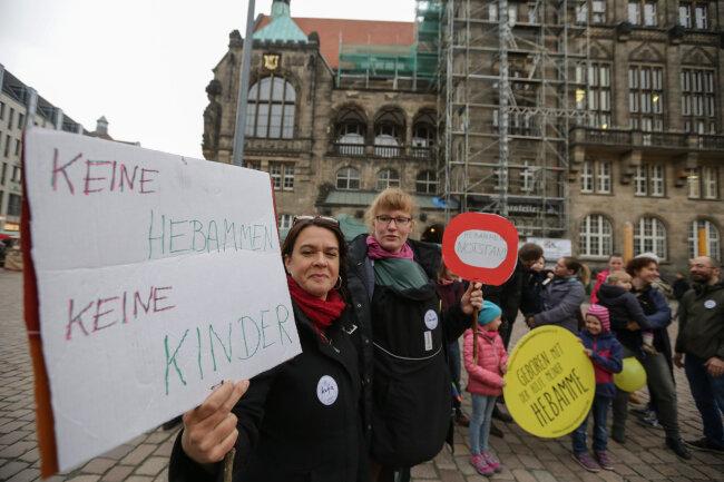 Katja Zöllner und Claudia Graf-Pfohl (von links) nahmen an der Kundgebung zum Internationalen Hebammentag auf dem Chemnitzer Neumarkt teil.