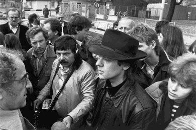 Udo Lindenberg (mit Hut) wird bei seiner Einreise in die DDR am Grenzübergang Invalidenstraße von Fans und Journalisten erwartet. Er hatte seinen ersten DDR-Auftritt am 25. Oktober 1983 im Palast der Republik.