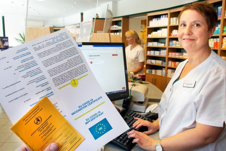 Apothekerin Anja Jonetat von der Schloß-Apotheke Augustusburg trägt bei Vorlage des Impf- und Personalausweises die Daten in eine spezielle Software ein. Mit einem ausgedruckten Zertifikat, versehen mit einem QR-Code, kann der Kunde die Apotheke verlassen und den Code mit dem Handy scannen.