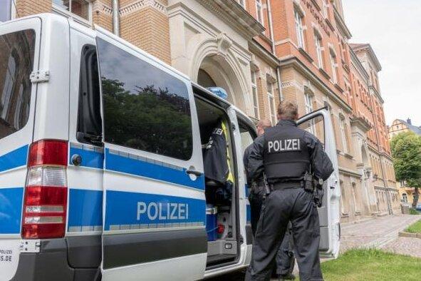 Wegen der Bedrohungslage am Auerbacher Gymnasium war die Polizei bereits am Mittwoch vor Ort. Insgesamt waren 100 Polizeikräfte im Einsatz.