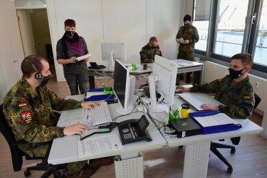Kontaktnachverfolgung im Chemnitzer Gesundheitsamt. Insgesamt 16 Soldaten sind in der Behörde derzeit im Einsatz.