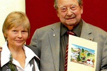 Hannelore Viertel und Otmar Baumann, Schulleiter aus der Partnergemeinde Welzheim, im Jahr 2013.