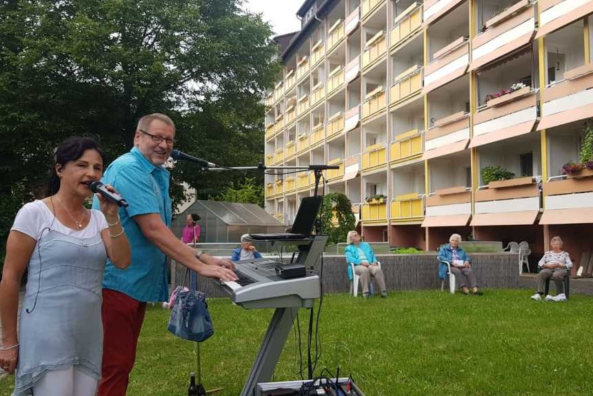 Das Reichenbacher Duo Sound Express hat am Sonntag ein Balkonkonzert in Plauen gegeben.
