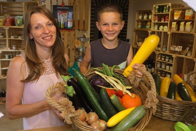 Daniela Pöschmann eröffnete vor Kurzem einen Bio-Hofladen in Glauchau. Sohn Tom hilft schon mit.