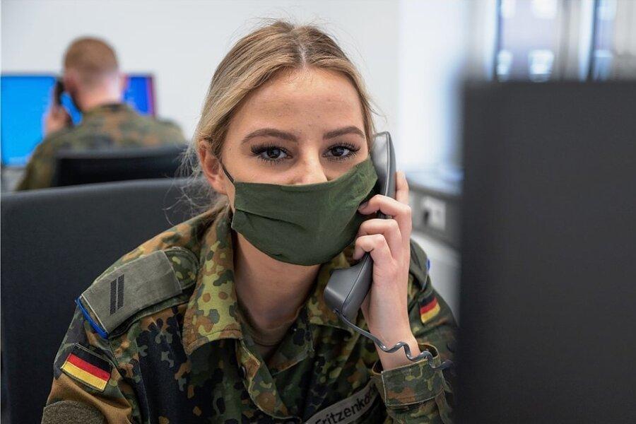 Mehr als 3200 Soldaten und Soldatinnen wie hier die Obergefreite Melissa Fritzenkötter in Dortmund, helfen bundesweit in den Gesundheitsämtern etwa bei der Kontaktverfolgung von Covid-19-infizierten Bürgern.