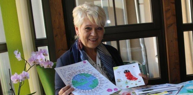 Patricia Smolka, die sich ehrenamtlich beim ambulanten Hospizdienst Oederan engagiert, sortierte im Frühjahr jede Menge Briefe, die damals an die Pflegeeinrichtungen Oederan, Niederwiesa, Langenau, Flöha, Großhartmannsdorf und Augustusburg gingen.