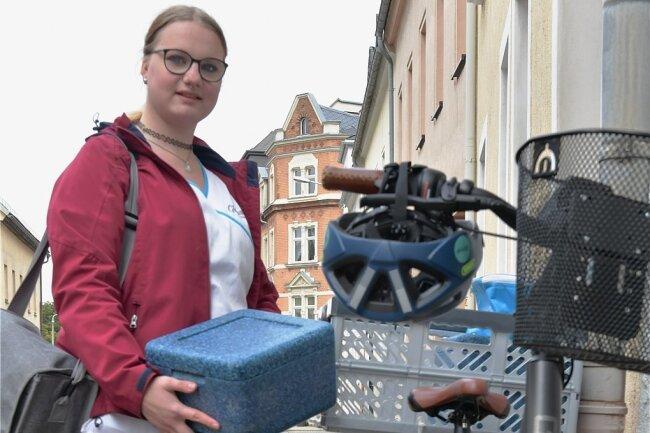 Pflegehelferin Anne Helene Brückner fährt mit dem E-Bike zu den Kunden. Auf der Mittagsrunde nimmt sie Thermoboxen mit Essen mit.