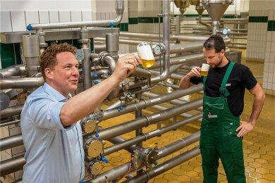Brauereidirektor Marc Kusche (links) und Braumeister Konrad Förster im Lagerkeller der Wernesgrüner Brauerei. Hier werden Qualität, Geschmack, die Farbe, Trübe und der Geruch des Bieres kontrolliert.