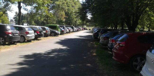 Hochbetrieb auf dem Parkplatz am Stausee. Einige Besucher stellten ihr Auto nur kurz ab - und zahlten trotzdem die volle Gebühr.