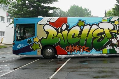 Hier ist der bunte Bücherbus noch auf Tour. Im August wurde das 30 Jahre alte Fahrzeug wegen technischer Mängel stillgelegt.