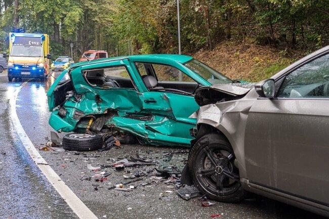 Bei einem Unfall im Neustädter Ortsteil Neudorf sind am Samstagnachmittag drei Menschen verletzt worden, einer davon schwer.