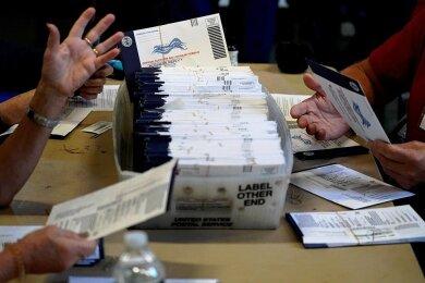 Tatsächlich gab es bei der US-Wahl einzelne Pannen. Doch bei den bisher bekannt gewordenen Fehlern handelte es sich um kleinere, menschliche Irrtümer, die bei jeder Abstimmung dieser Größenordnung vorkommen. Im Foto zählen Wahlhelfer in Chester im Bundesstaat Pennsylvania Briefwahl-Stimmzettel aus.