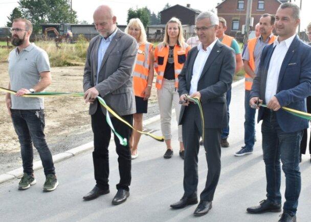 Straßenfreigabe in Remtengrün. Im Foto von rechts: Adorfs Bürgermeister Rico Schmidt, Landrat Rolf Keil, CDU-Landtagsabgeordneter Andreas Heinz und UTR-Bauleiter Michael Bauer.