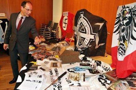 Der damalige Innenminister Markus Ulbig (CDU) betrachtete 2014 Beweissstücke, die bei Hausdurchsuchungen in Wohnungen von Vereinsmitgliedern des NSC im März gesammelt worden waren.