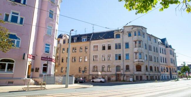 Blick von der Pausaer Straße auf die Gebäude Gustav-Freytag-Straße 2, 4 und 6. Die Nummer 6 (rechts im Bild) bleibt stehen, während das Eckhaus und das angrenzende Gebäude links daneben abgerissen werden. Laut Stadt soll auf den entstehenden Freiflächen Rasen angesät werden.
