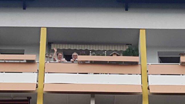 Ingeborg und Ingeburg, beide über 90 Jahre alt, haben am Sonntagnachmittag von ihrem Balkon aus das Konzert von Sound Express verfolgt.