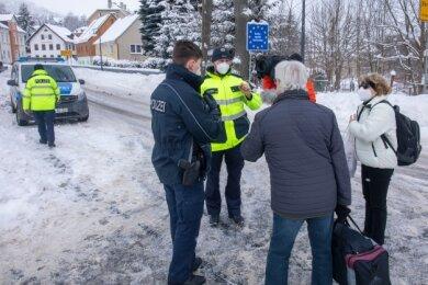 Schon am Samstag kamen Pendler über die Grenze, hier am Übergang in Bärenstein, um sich über die neuen Regelungen zu informieren. Vielen waren die Details nicht klar.