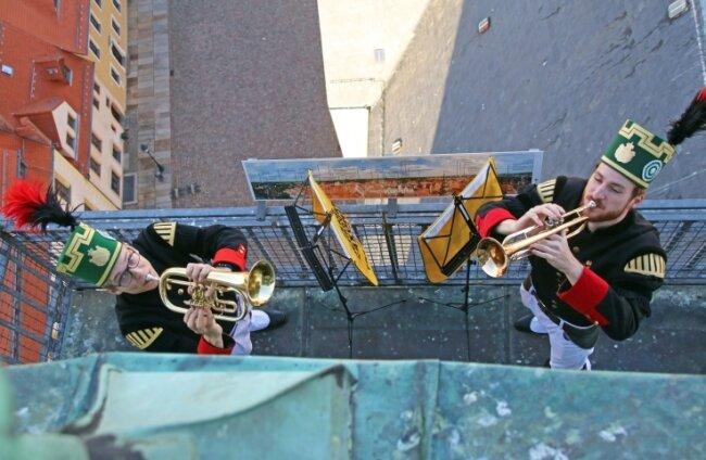 Martin Ade (r.) und Jannik Stolz spielten im April das Steigerlied auf dem Turm der Petrikirche. Im Frühjahr war das Lied jedes Wochenende zu einer festen Zeit gespielt worden.