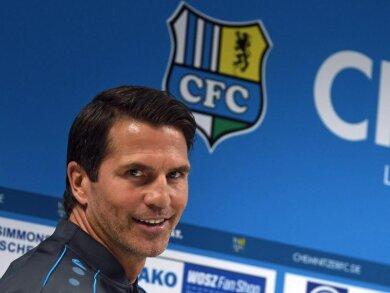 Patrick Glöckner, Fußballtrainer, spricht auf einer Pressekonferenz des Chemnitzer FC.
