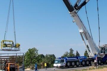 Die Leipziger Straße in Penig war am Mittwoch wegen Bauarbeiten an einer Gasstation im Bereich der Kreuzung am Zeisig gesperrt. Ein 750-Tonnen-Mobilkran hievte eine neue Gasstation an seinen Platz.