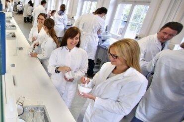 Praktika wie hier in einem Labor der Universität Leipzig gehören für Studenten zur Ausbildung. Nicht immer aber gibt es dabei Geld.
