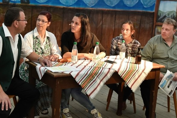 Auch die Laienspielgruppe Theaterdorf Zwota trat bei der Zwoticher Körbe auf. Im Foto eine Szene mit René Goram, Judith Sandner, Susi Würker, Laura Würker und Rico Stübert (von links).