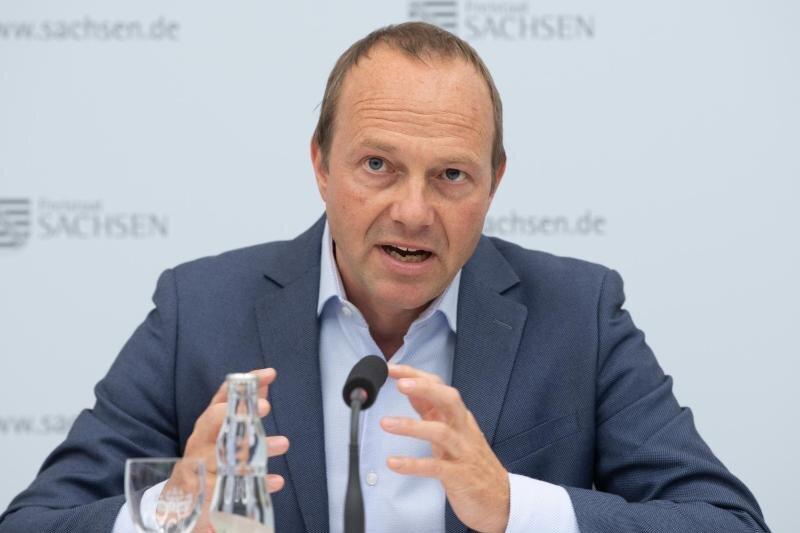 Wolfram Günther (Die Grünen), Umwelt- und Agrarminister von Sachsen, spricht auf einer Pressekonferenz.