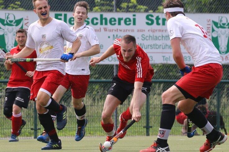 Christian Hufnagl (Mitte/rotes Trikot) betreibt Hockey nicht nur als Aktiver bei den Regionalliga-Männern des SV Motor Meerane. Er trainiert zudem die Zweitliga-Frauen des ATV Leipzig.