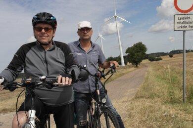 Gerhard Landmann (l.) und Uwe Krümmer ärgern sich über den schleppenden Fortgang beim Bau des Radweges von Waldheim nach Rochlitz. Beide passionierte Radfahrer befürworten zudem eine Verbindung von Neuwallwitz nach Hoyersdorf.