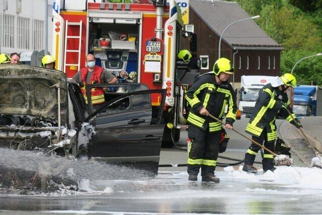 Auto brennt mitten in Schneeberg