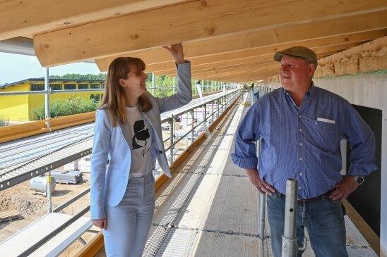 Marketingleiterin Anita Müller und Bauherr Karl Bernhard Schleith auf der Baustelle des Hotel-Neubaus.