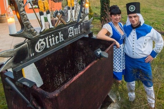 Saskia Trzarnowski und ihr Freund Rico Tippner aus Alberoda sind Bademädchen und Blaufarbenwerker. Sie hatten als Symbolfiguren bereits für den Tag der Sachsen 2020 in Aue-Bad Schlema geworben.