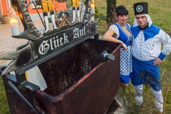Saskia Trzarnowski und ihr Freund Rico Tippner aus Alberoda sind Bademädchen und Blaufarbenwerker. Schon jetzt werben sie als Symbolfiguren eifrig für den Tag der Sachsen 2020 in Aue-Bad Schlema.