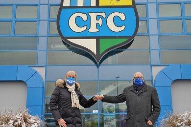 Spontanbesuch am Dienstag: Oberbürgermeister Sven Schulze gratulierte der CFC-Vorstandsvorsitzenden Romy Polster zum wohl letzten Schritt im bald drei Jahre andauernden Insolvenzverfahren.