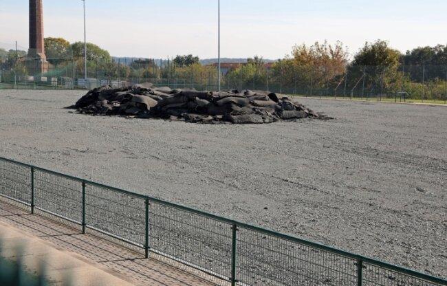 Die Reste des alten Belages zieren derzeit den Meeraner Hockeyplatz an der Stadionallee.