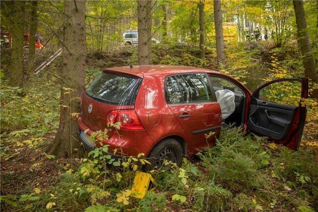 Der VW kam knapp 30 Meter von der Straße entfernt im Wald zum Stehen.