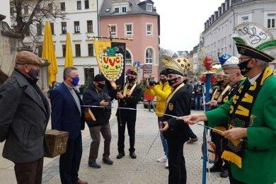 Ein kleiner Kreis hat die fünfte Jahreszeit in Plauen eingeläutet: Am Mittwoch sicherten sich Narren die Stadtkasse von Oberbürgermeister Ralf Oberdorfer (FDP).