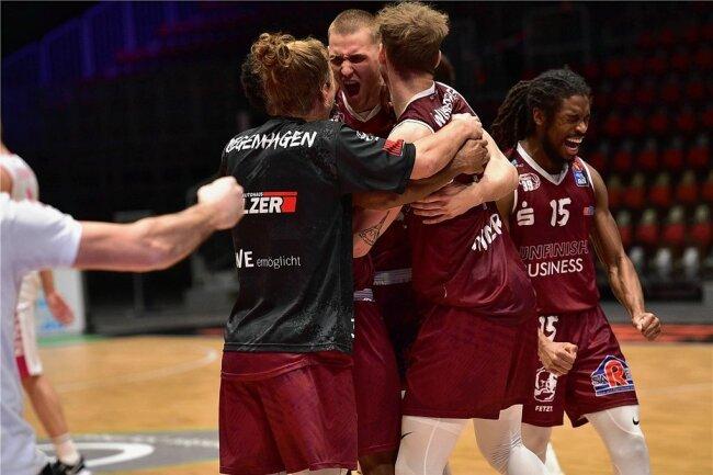 So sieht Erleichterung bei den Spielern nach einem unnötig spannenden Spiel aus: Malte Ziegenhagen, Jonas Richter, Jan Niklas Wimberg und Marcus Thornton feiern den Sieg gegen Bonn am Freitagabend in der Messe.