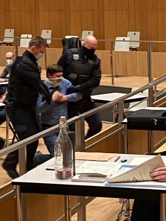 Hinzugerufene Polizisten trugen den Stadtrat aus dem Saal.