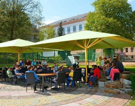 Das große Rondell auf dem Schulhof des Meeraner Gymnasiums ist ein beliebter Treffpunkt.